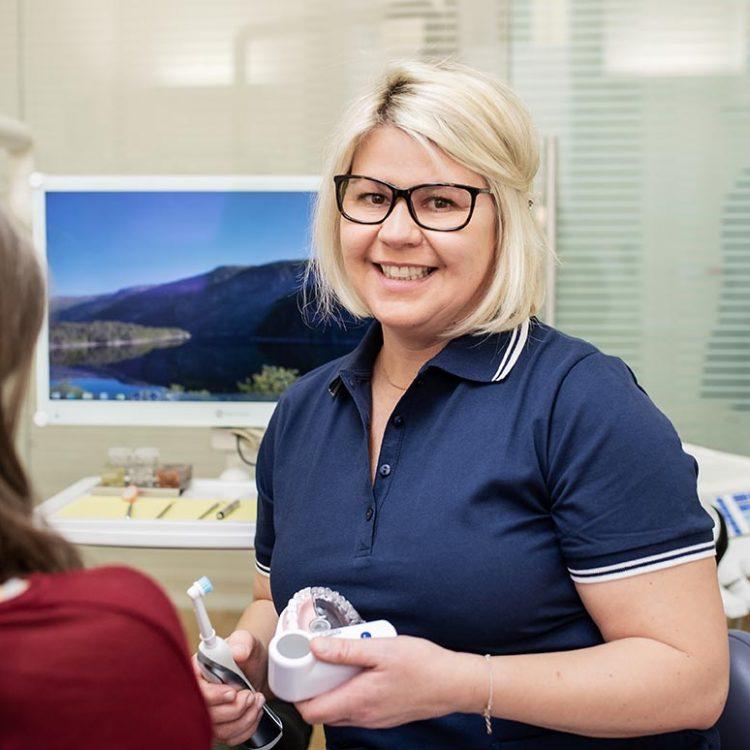 Zahnreinigung Mitarbeiterin (c) Miriam Raneburger